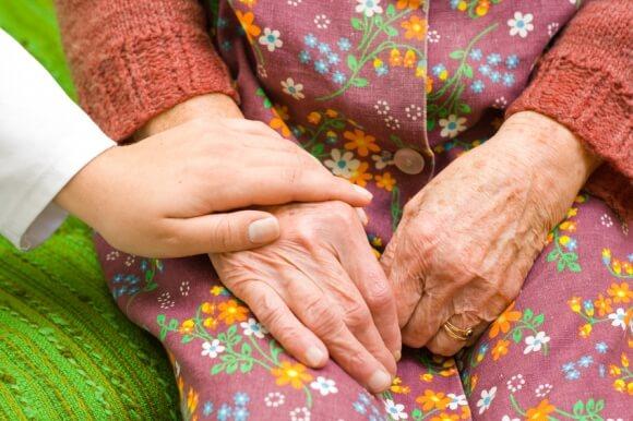 Le droit au répit pour les aidants familiaux prévu dans une nouvelle loi