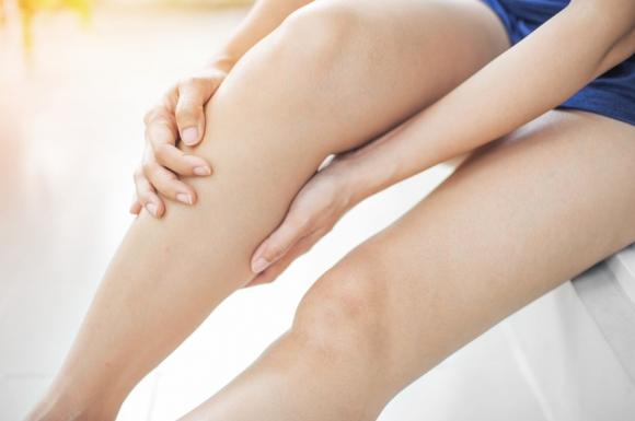Pourquoi et comment naît le symptôme des jambes lourdes?